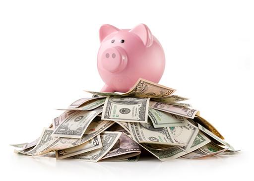 piggybank-spaarvarken-op-een-berg-geld_1