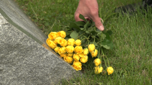 hand-laying-flowers-on-a-grave_nygvkfm0__F0003