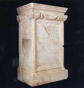 ara_funeraria_di_vettius_agorius_praetextatus_e_aconia_fabia_paulina